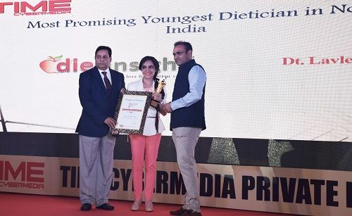 Lavleen Kaur Receiving an Award From Virender Sehwag