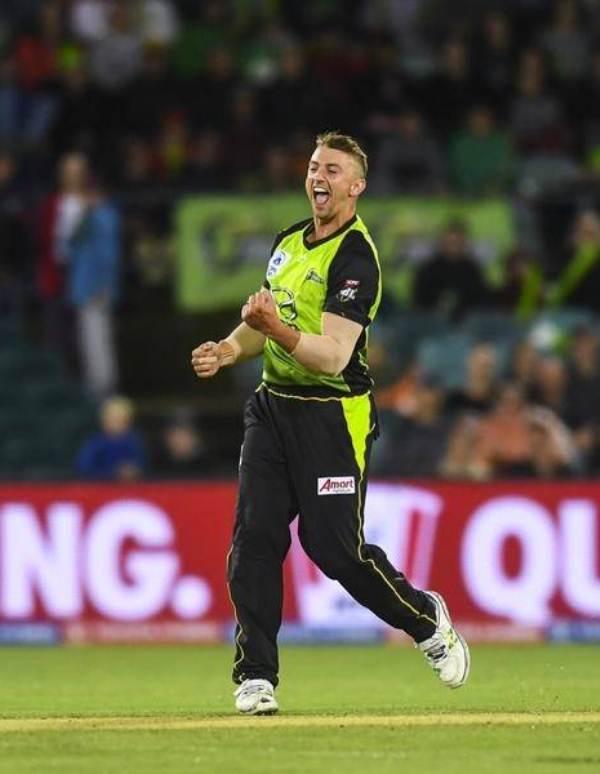 Daniel Sams bowling for Sydney Thunder team