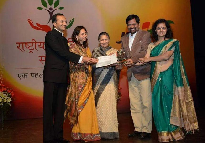 Gyanendra and Monica Purohit Receiving Rashtriya Swayam Siddh Samman by Jindal Steel Foundation