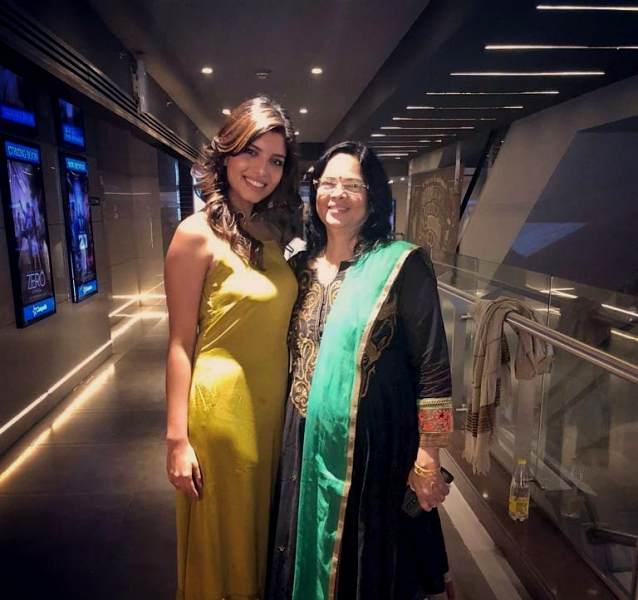 Riya Deepsi with her mother