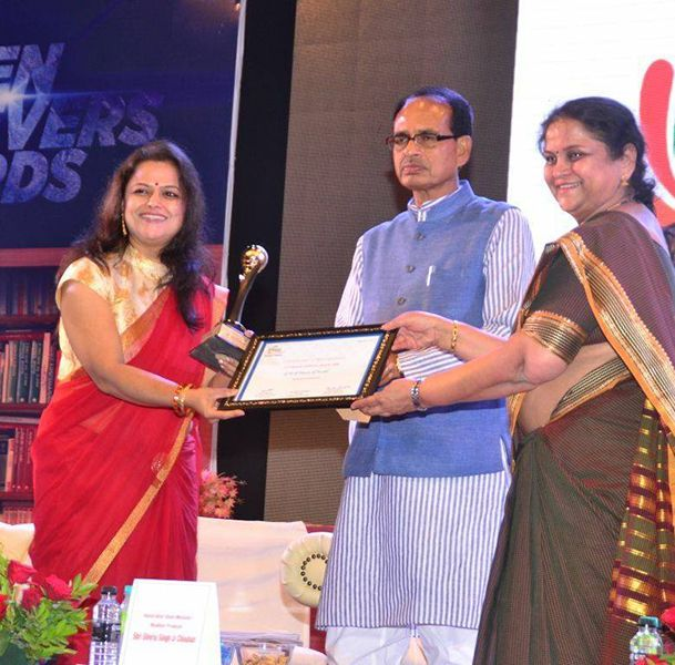 Monica Purohit Receiving FICCI Flow Women Achiever Award