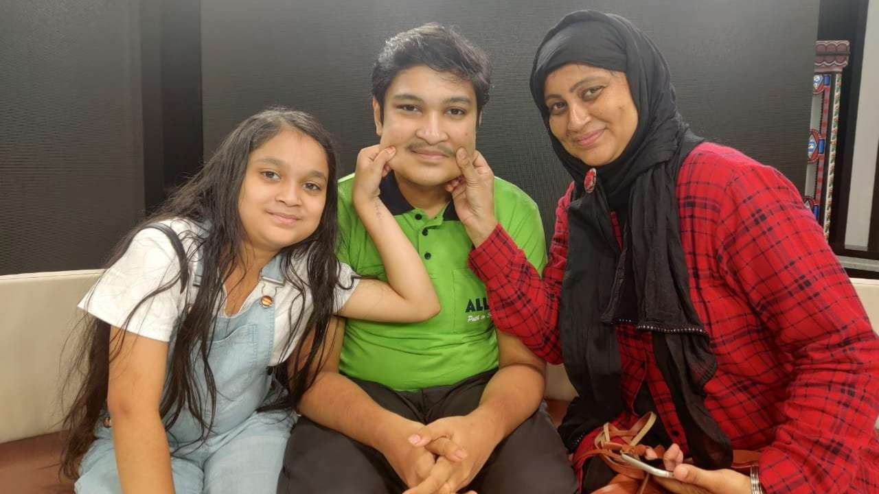 Soyeb Aftab with his mother and sister
