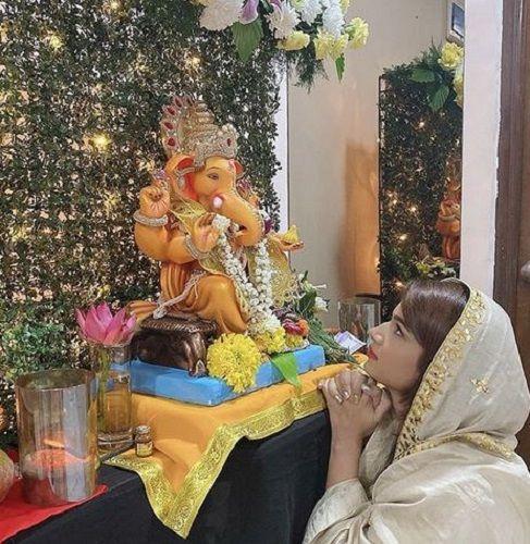 Naina Singh With the Idol of Lord Ganesha at Her Home