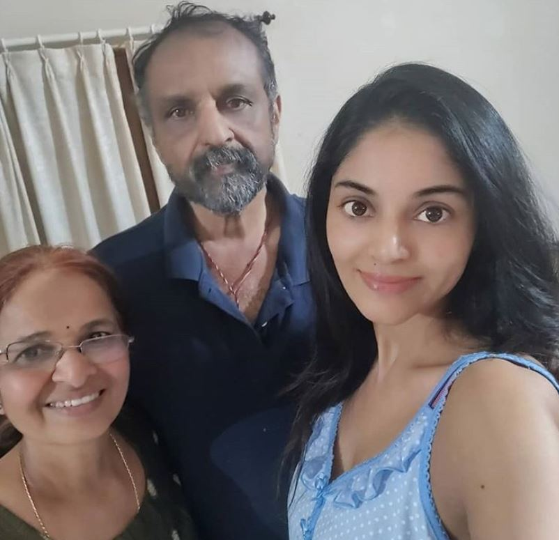 Sanam Shetty with her parents
