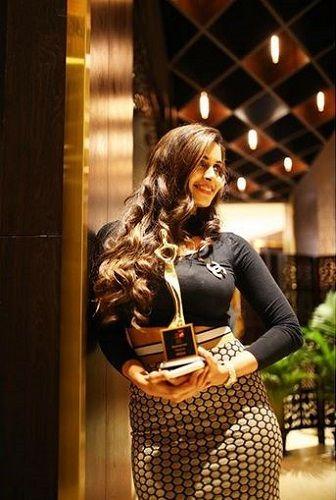 Samyuktha Karthik With Her Award
