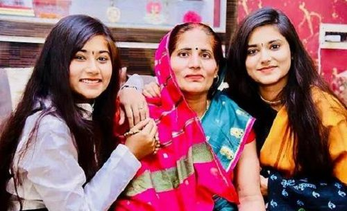 Devi Nidhi Saraswat With Her Sister and Mother
