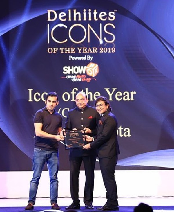 Appurv Gupta receiving Delhiites Icon Of The Year Award (2019)