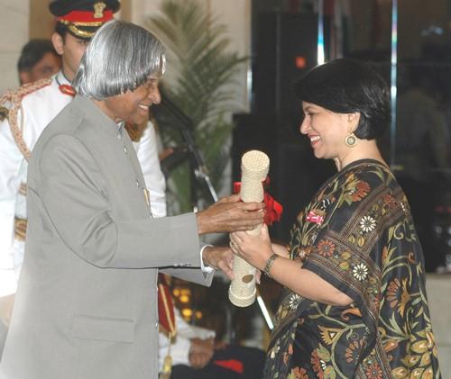 Sucheta Dalal receiving Padma Shri from Dr. A.P.J. Abdul Kalam