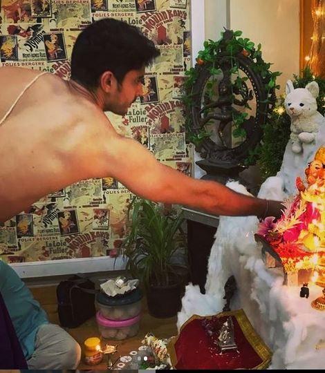 Gashmeer Mahajani With The Idol of Lord Ganesha