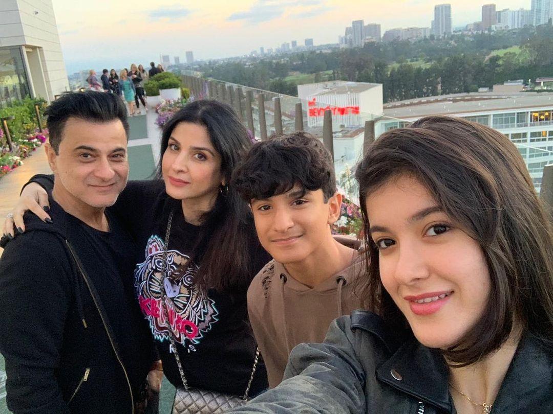 Maheep Kapoor with Sanjay Kapoor, Shanaya Kapoor and Jahaan Kapoor
