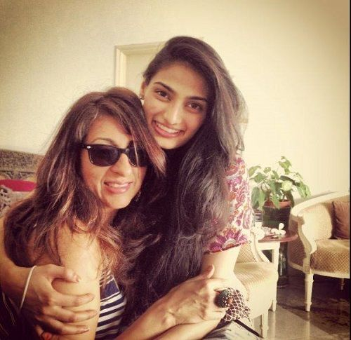 Mana Shetty's Sister and Daughter