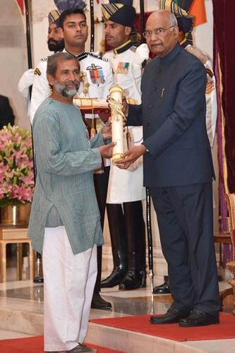 Dr. Ravindra Kolhe receiving the Padma Shri from the President of India, Ram Nath Kovind
