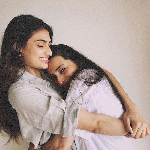 Mana Shetty with her Daughter