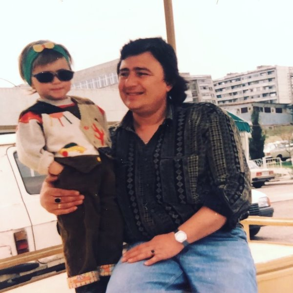 Childhood picture of Maria Bakalova with her father