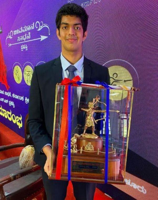 Srihari Nataraj holding the Ekalavya Award