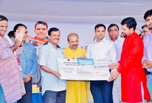 Deepak Kumar receiving a reward of Rs. 75 lakhs from Arvind Kejriwal