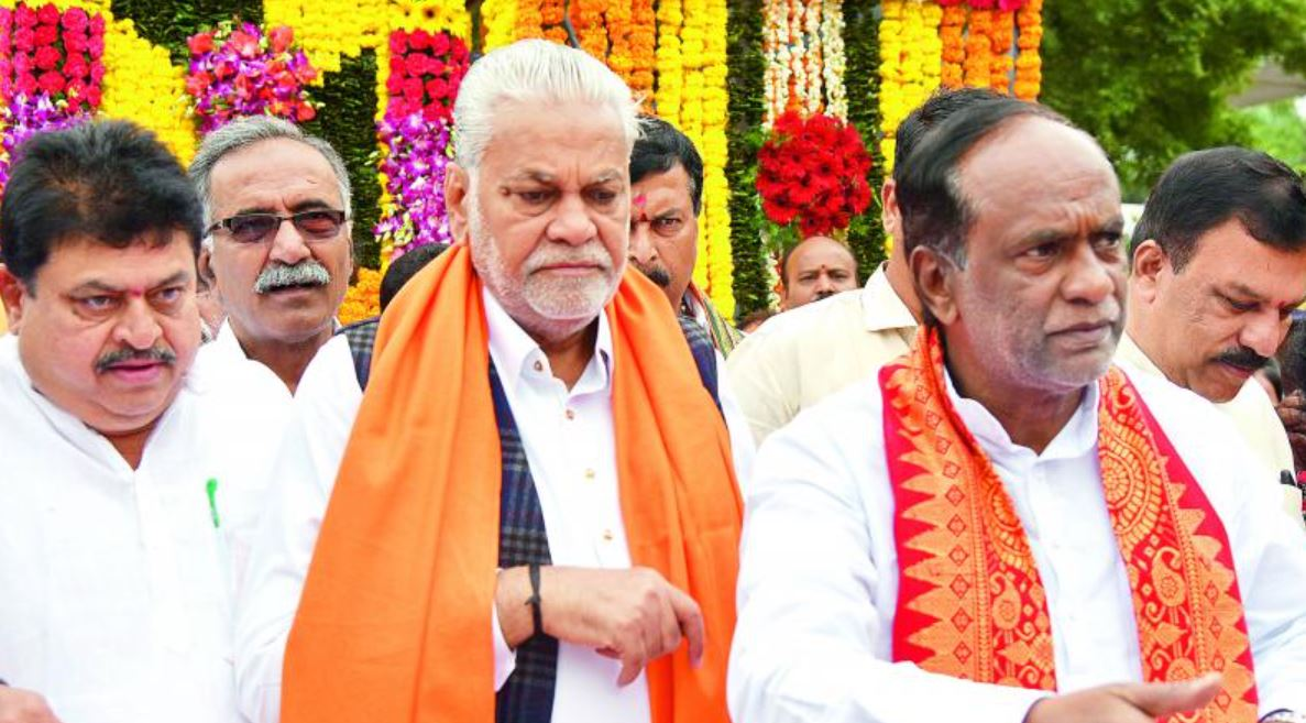 Parshottam Rupala while paying tribute to Sardar Patel on his birth anniversary