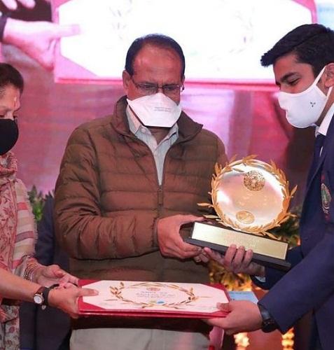 Aishwary Pratap Singh Tomar receiving the Eklavya Award