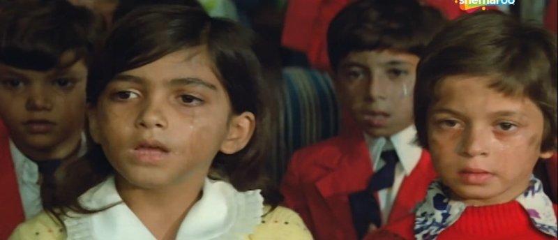 Khushbu (in white-yellow dress) in the song Teri Hai Zameen Tera Aasman