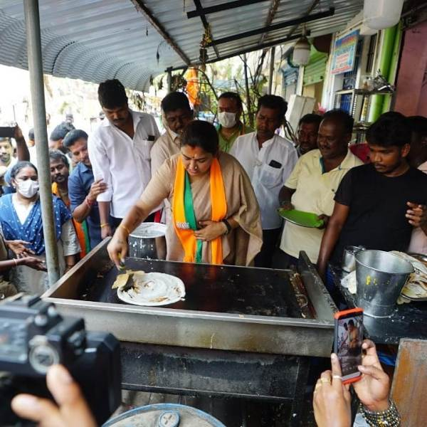 Khushbu while preparing dosa while campaigning for her party