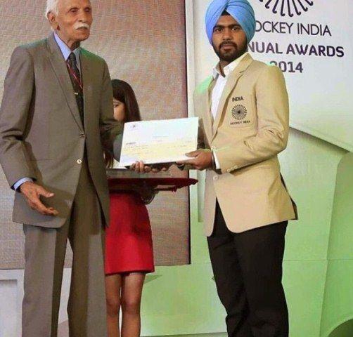 Simranjeet Singh receiving his Hockey India Annual Award