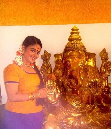 Saranya Sasi with an idol of lord Ganesha